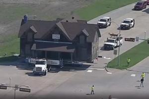 Kai reikia, darbininkai gali ir pasistengti: šį kartą sunkvežimiu pervežė visą namą