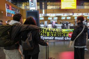 """Dėl """"Ryanair"""" darbuotojų streiko Europoje atšaukė maždaug 250 skrydžių"""