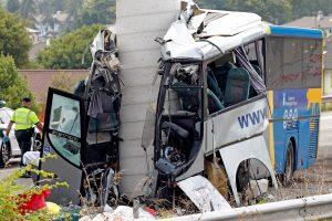 Ispanijoje autobusas atsitrenkė į viaduko atramą, mažiausiai 5 žmonės žuvo