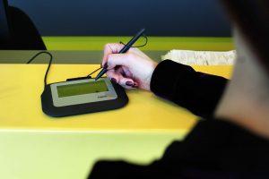 Nauja technologija Lietuvos paštui padeda ir eiles tirpdyti, ir popierių taupyti