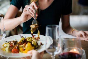 Dietologai patarė, kaip per šventes nepriaugti svorio