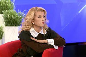 R. Mikelkevičiūtė laidą vedė pasipuošusi savo laikų mokykline uniforma