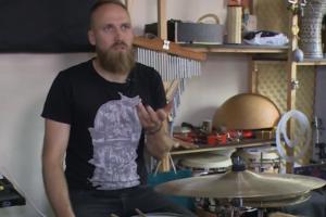 Perkusininkas V. Švažas savo rankomis gamina instrumentus
