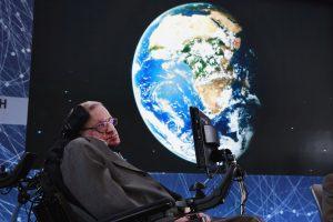 Aukcione bus parduodami S. Hawkingo neįgaliojo vežimėlis bei daktaro disertacija