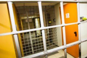 Incidentas Utenos areštinėje: suimtas vyras susižalojo ranką bei atsisakė maisto