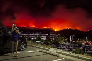 Kalifornijoje ugniagesiai kovoja su didžiuliais miškų gaisrais