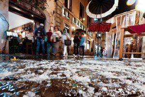 Smarkūs vėjai ir lietūs sutrikdė susisiekimą Romoje