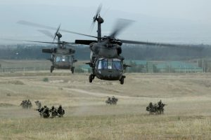 """Latvijos vyriausybė pritarė keturių sraigtasparnių """"Black Hawk"""" pirkimui"""