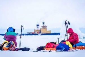 Duoklė Lietuvai: trys keliautojai slidėmis peršliuožė Baltijos jūrą