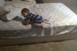 Gudruolis mažylis rado smagų būdą išlipti iš lovos