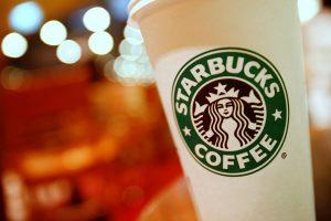 """JAV moteris iškėlė 5 mln. dolerių bylą """"Starbucks"""" už ledukus gėrimuose"""