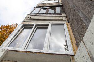 Kaune iškritęs pro langą susižalojo vaikas