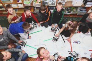 Regiono bibliotekoje mokiniai kuria ir programuoja robotus