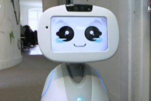 Robotas – tarsi šeimos narys: paseks pasaką arba pasaugos namus