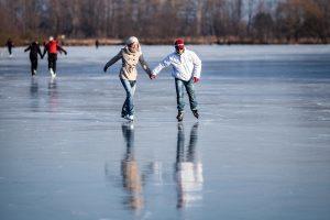 Ežerai pasidengė ledu, jau išlaikančiu žmogų