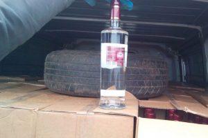 Ilgai pirkti nereikės: iš vilkiko pavogta virš 1000 butelių degtinės