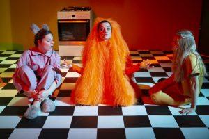 Žaismingos būtybės iš knygos puslapių persikelia į teatro sceną