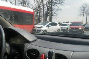Kaune girta vairuotoja įvažiavo į autobusą
