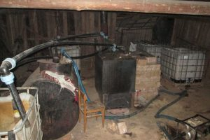 Plungės pareigūnų laimikis – naminės fabrikėlis ir 3 tūkst. litrų raugo