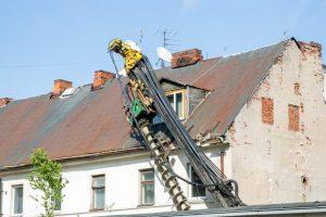 Aliarmas centre: namą užgriuvo sunkiasvoris statybinis įrenginys