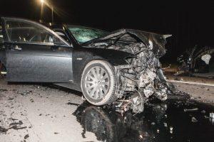 Apgirtęs BMW vairuotojas nulėkė nuo kelio ir rėžėsi į atitvarus