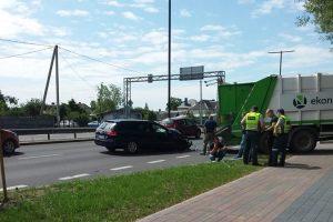 """Karmėlavoje eismą sutrikdė šiukšliavežės ir """"Volkswagen"""" avarija"""