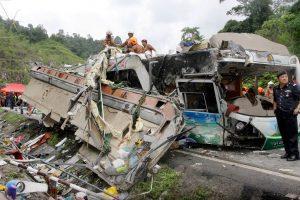 Per mikroautobuso ir pikapo avariją Tailande žuvo 25 žmonės