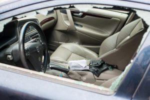 Klaipėdoje siautėjo chuliganai: niokojo automobilius ir paišė sienas