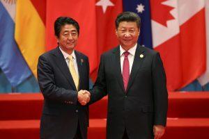 Kinijos prezidentas tiesia alyvos šakelę Japonijos premjerui