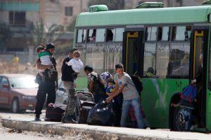 Iš apsupto Sirijos miesto autobusais traukiasi sukilėliai