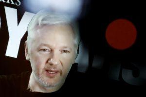"""""""WikiLeaks"""" įkūrėjas atskirtas nuo interneto prieigos"""