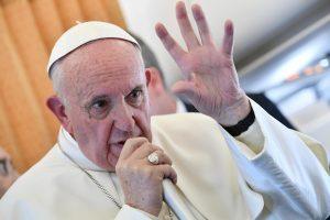 Popiežius atmeta galimybę moterims tapti katalikų kunigėmis