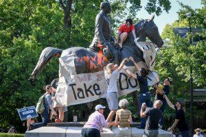 Kova įsibėgėja: JAV universitetas iš savo teritorijos pašalino konfederatų paminklus