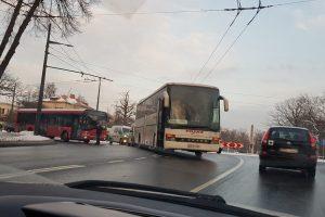 Eismą ant Parodos kalno visiškai paralyžiavo autobusų avarija