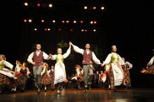 Uostamiestis sukasi tautinių šokių ritmu