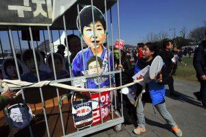 Pietų Korėjos prezidentė gėdingai neteko posto