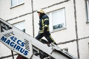 Kauno rajone ugniagesiai gelbėjo iš 5 aukšto iškritusį vyrą