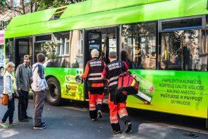 Neeilinė gelbėjimo operacija Kaune: vyras įstrigo troleibuso tarpduryje