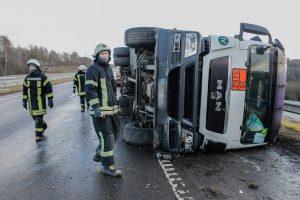 Kelyje Kaunas-Marijampolė apvirto pavojingą krovinį gabenęs vilkikas