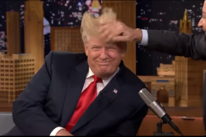 Paslaptingi D. Trumpo plaukai sutaršyti per televizijos laidą