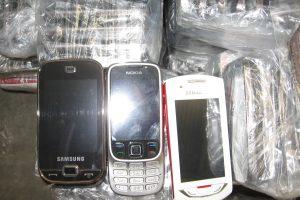 Kalinys išeinamojoje angoje slėpė tris telefonus