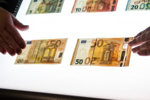 Europoje ketvirtadaliu sumažėjo padirbtų eurų