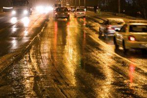 Įspėja vairuotojus: vietomis eismo sąlygas sunkina snygis
