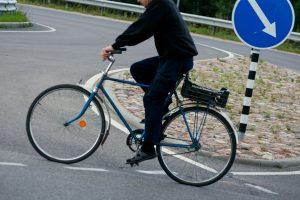 """Būna ir taip: girtas dviratininkas taranavo stovintį """"BMW X5"""""""
