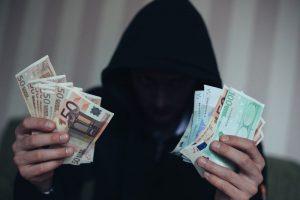 Magiškais gydomaisiais seansais patikėjusi mažeikiškė už juos sumokėjo 26 tūkst. eurų
