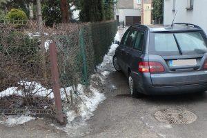 """Kaune girto vairuotojo """"Fiat"""" rėžėsi į tvorą, į medį vėl atsitrenkė patrulių mašina"""