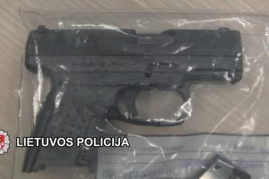 Svetimu koviniu pistoletu paaugliai džiaugėsi savaitę