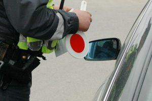 Sulaikytas neblaivus policininku apsimetęs vyras, stabdęs automobilius