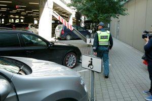 Girta automobilį neįgaliųjų vietoje stačiusi moteris kyšiu bandė išvengti atsakomybės