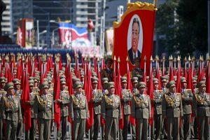Šiaurės Korėja surengė karinį paradą be tarpžemyninių balistinių raketų